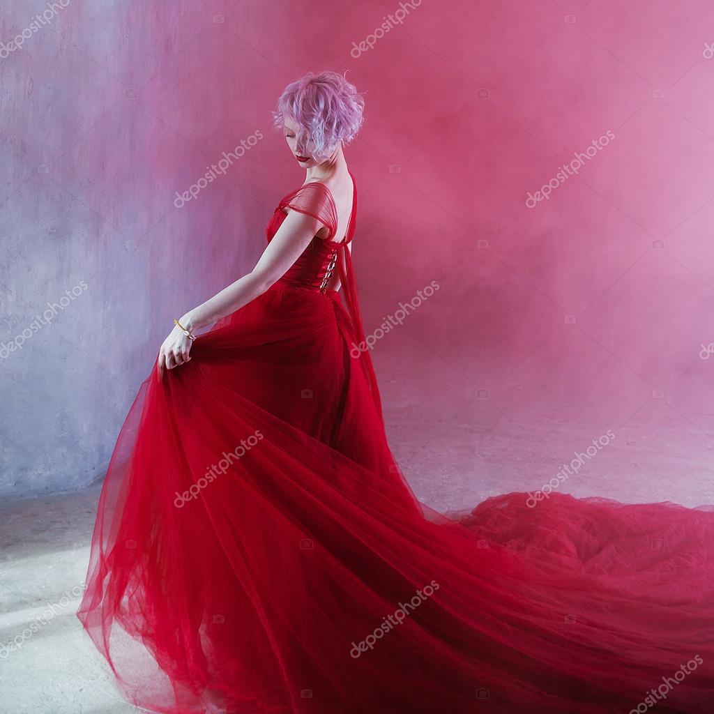 Foto de moda de mujer joven magnífico en vestido rojo. Fondo con ...