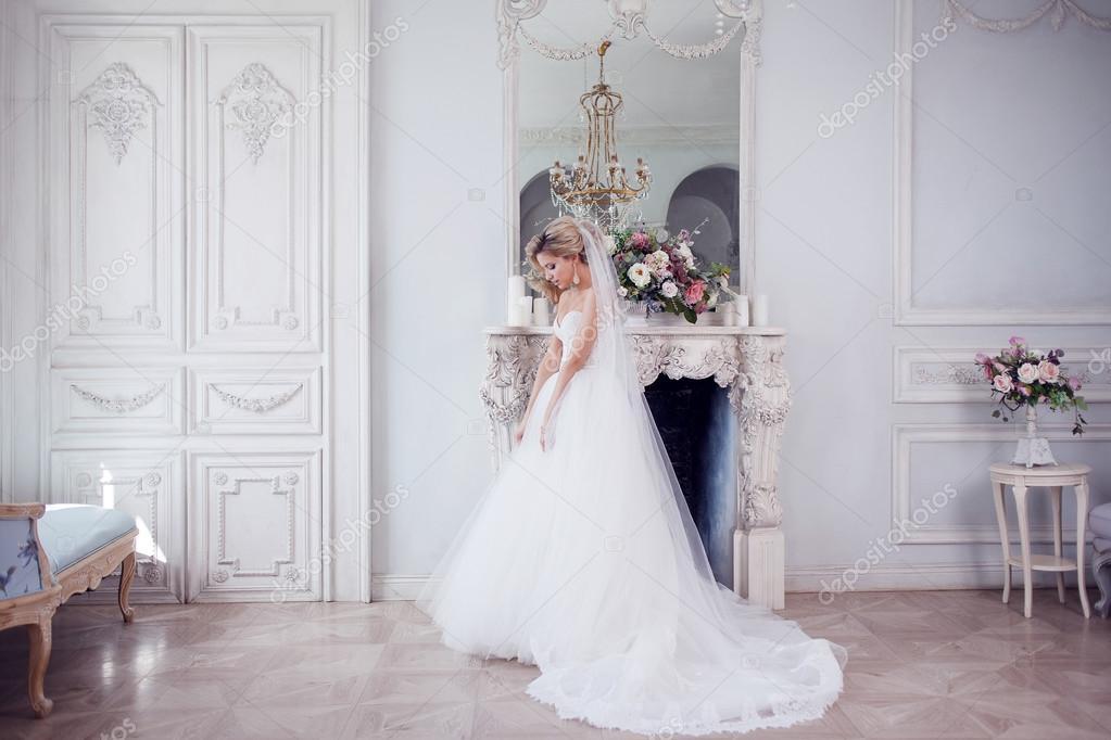 Charmante junge Braut in luxuriöse Brautkleid. Hübsches Mädchen, das ...