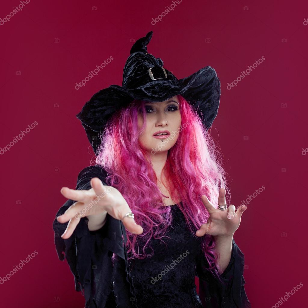 Mujer atractiva de Brujas sombrero y traje con el pelo rojo ...