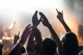 Fotografie Grunge-Stil Foto, Menschen Hände erhoben auf musikalischen Konzert