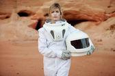 futuristische Astronaut ohne Helm auf einem anderen Planeten, Bild mit dem Effekt der Tonung