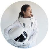 Fotografie futuristischer Astronaut ohne Helm, weißer Hintergrund in rundem Rahmen