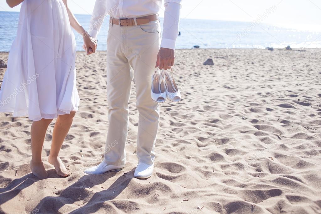 Scarpe Sposa Spiaggia.Coppia Appena Sposata In Esecuzione Su Una Spiaggia Di