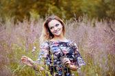Fotografia Bellezza ragazza allaperto godendo di natura, bella ragazza nel giacimento di fiore
