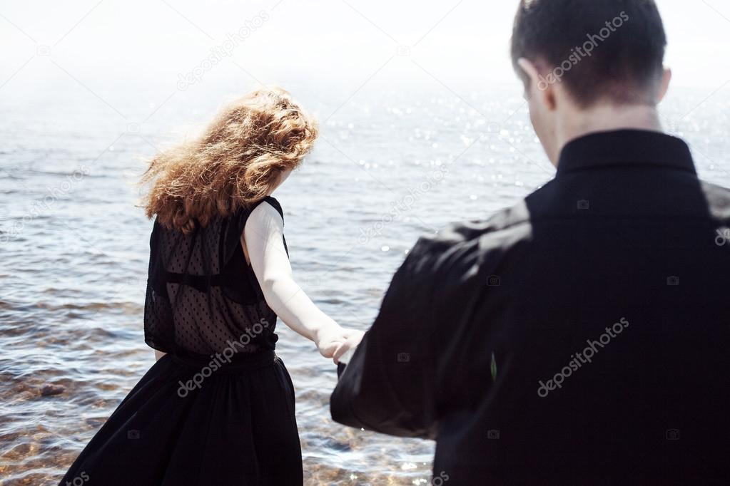 Hermosa Joven Pareja Abrazos De Pie En El Mar, Efectos De