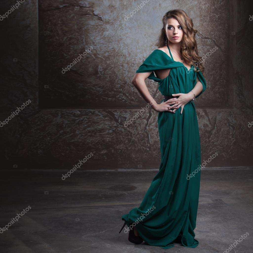 29394209e042 Νεαρή γυναίκα ελκυστικός στην πράσινο φόρεμα — Φωτογραφία Αρχείου · Νεαρή  όμορφη γυναίκα στο μακρύ ...