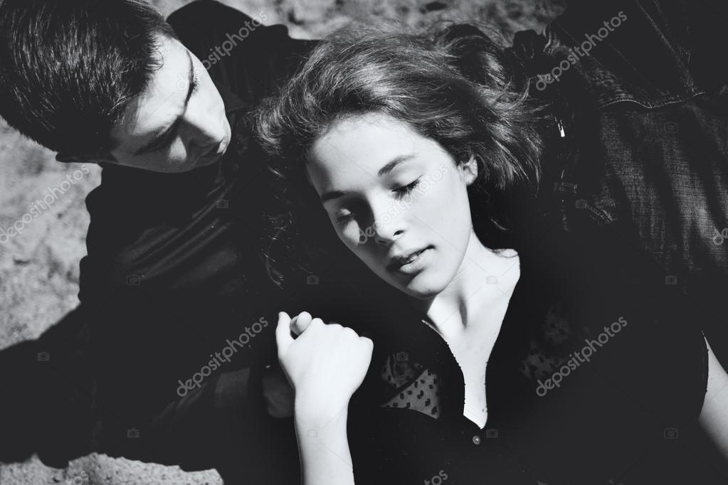 картинки парень и девушка лежат в кровати