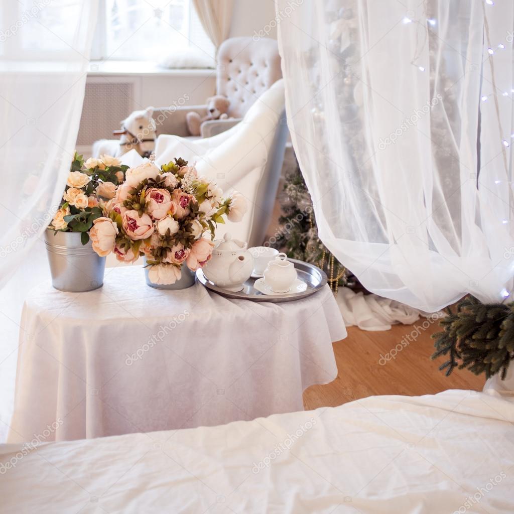 Mazzi di fiori in camera da letto, arredamento, ambiente romantico ...