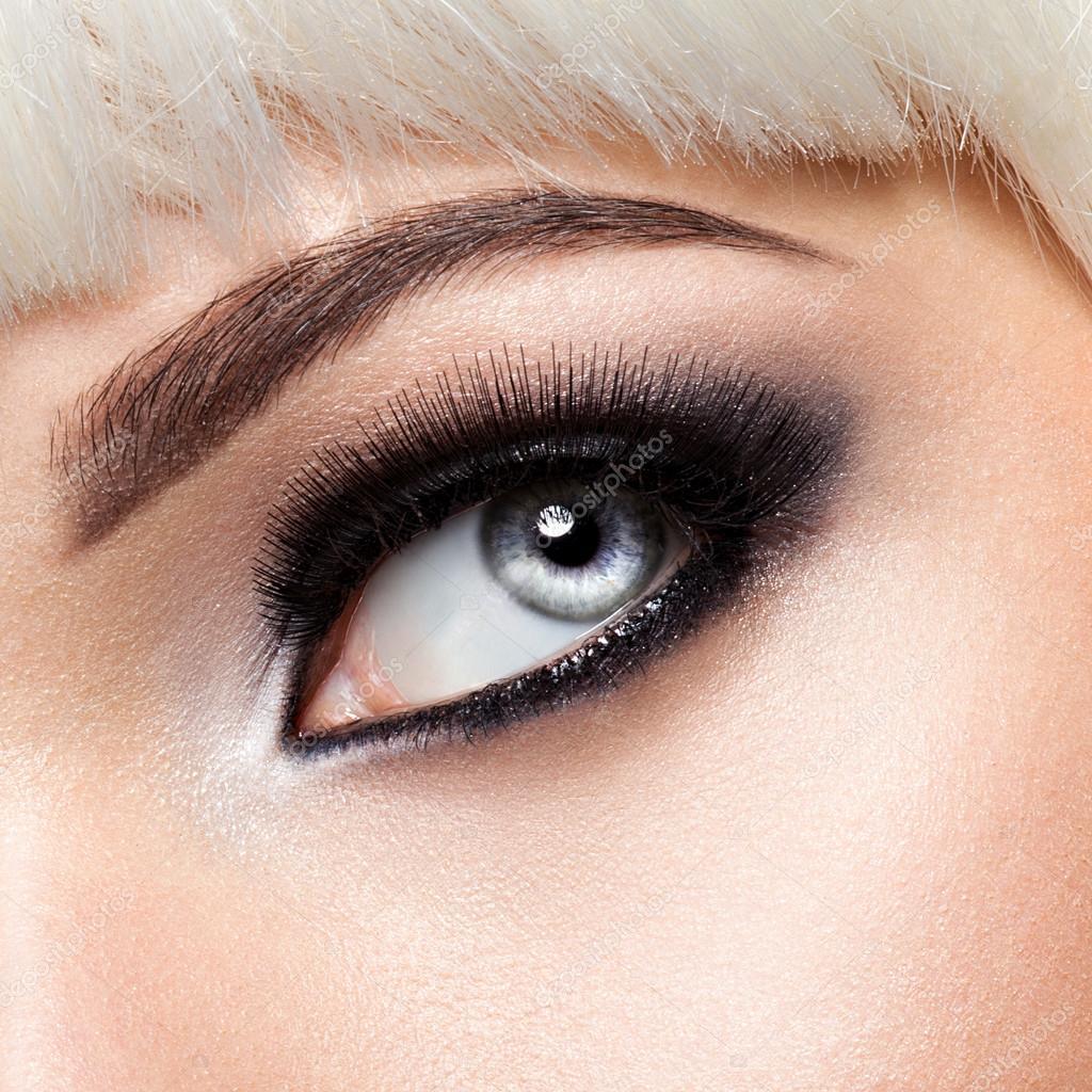 ojo de mujer con maquillaje de ojos negro Fotos de Stock