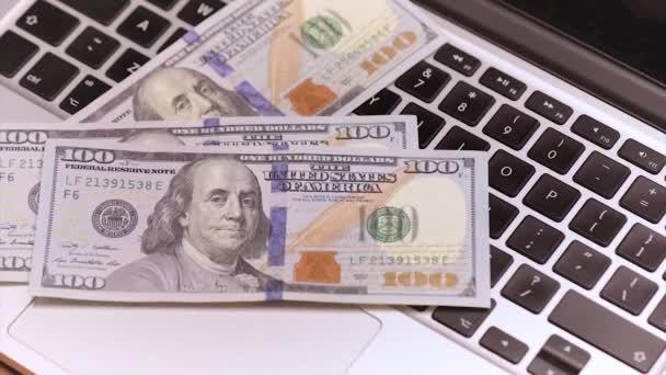 Nő a könyvelő pénzt