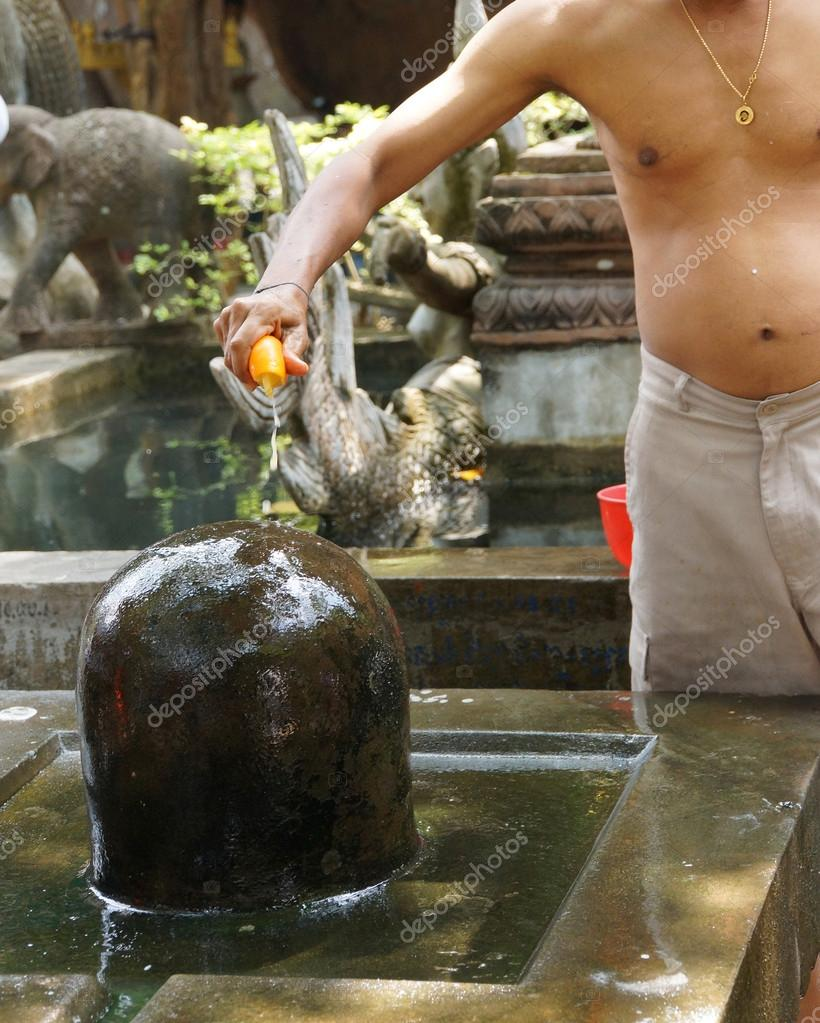 Brahmin priest offers puja at shiva lingam — Stock Photo