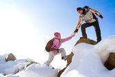 Fotografia due alpinisti sulla montagna