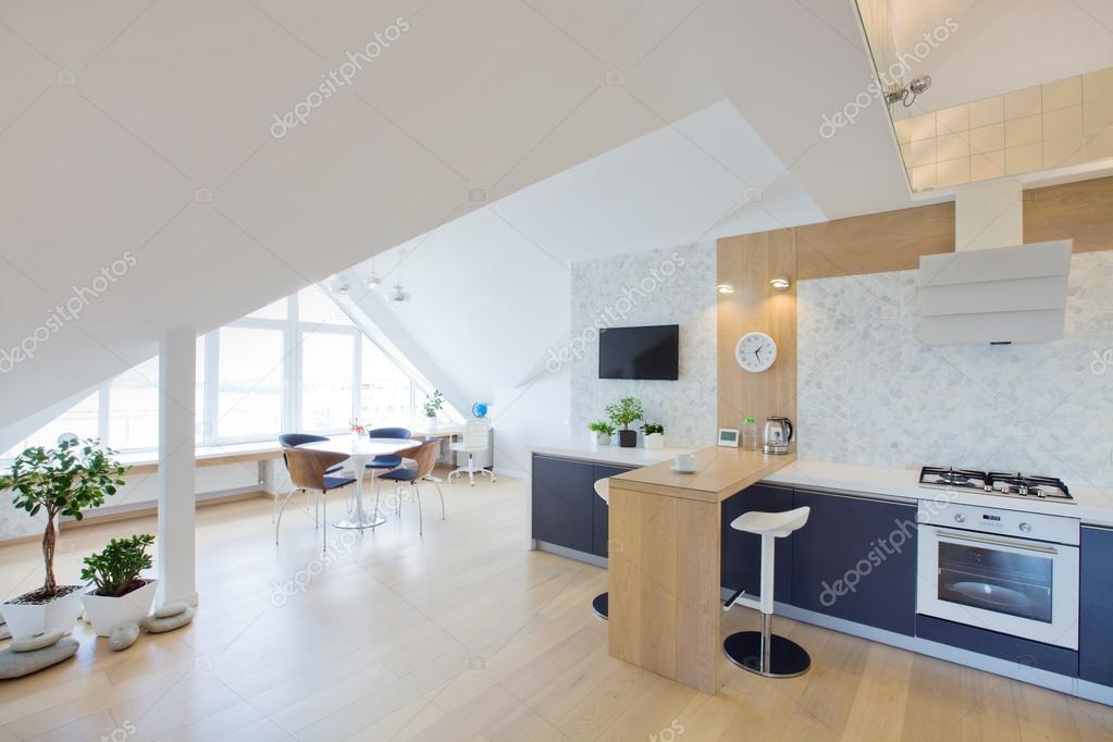 moderne interieur licht groot appartement stockfoto