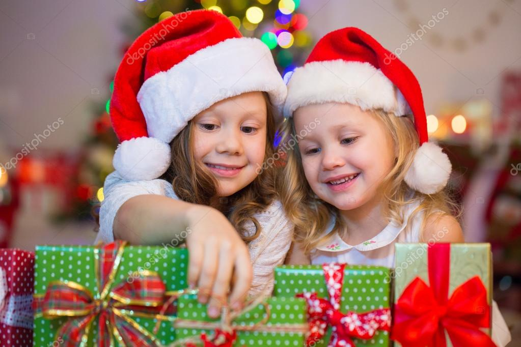 e0494d5363a4f little girls in Santa hats — Stock Photo © yanlev  92351988