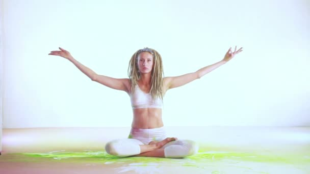 Dívka yogi a Holi Malování