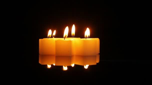 Kerzen drehen sich symbolisch im Dunkeln