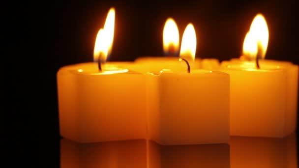 Kerze drehen sich symbolisch in der Dunkelheit
