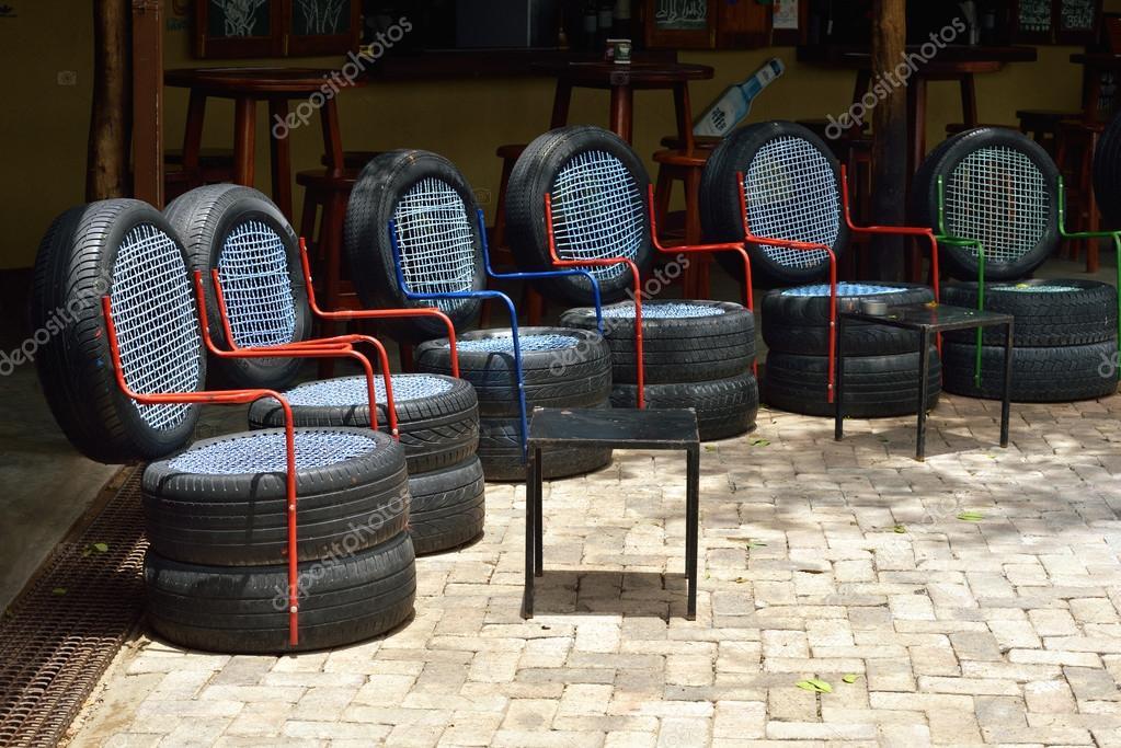 Stühle Redaktionelles Stockfoto Autoreifen Aus Gebrauchten — CodxBe