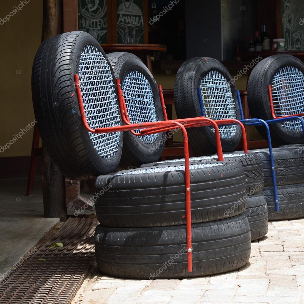 Sedie da pneumatici di auto usate — Foto Editoriale Stock ...