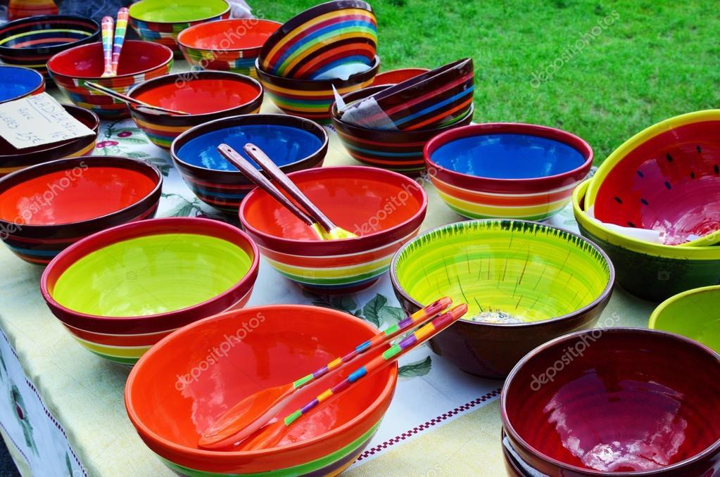 Keramik Geschirr am Straßenmarkt in Provence, Frankreich ...