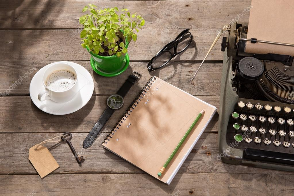 Machine à écrire vintage sur le vieux bureau en bois u2014 photographie