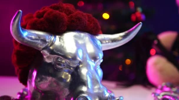 Ein Spielzeug-Teddybär mit Nikolausmütze am Weihnachtstag wird im Jahr des Metallbullen angekettet