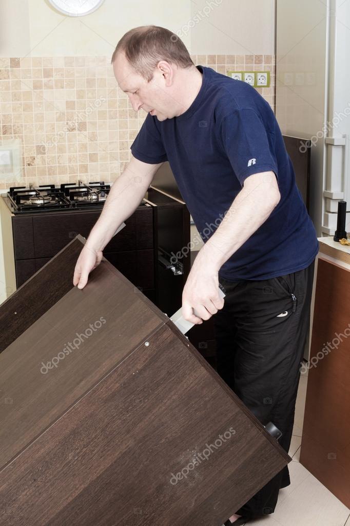 Handwerker Küche Zimmermann am Küchenschrank Installation serv ...