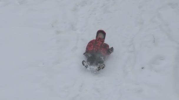 Šťastný chlapec jízda v zimě s horami