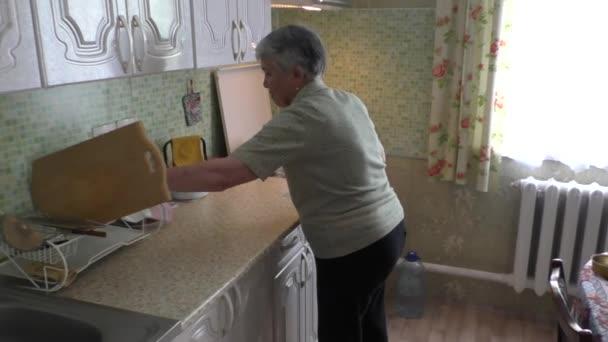 Žena vyvolává pomalu lžíci polévky