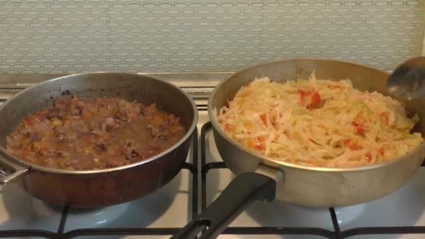 žena dělá večeři