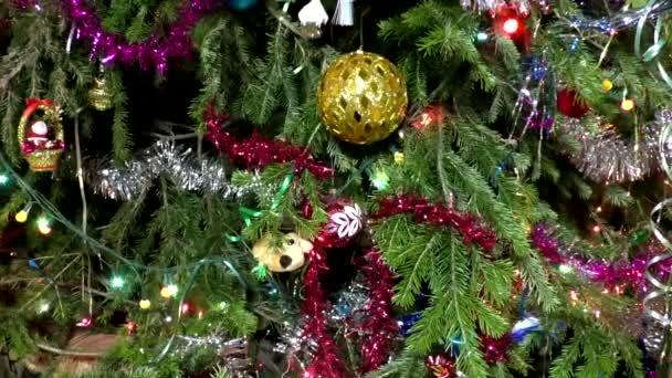 Játékok és a karácsonyfa füzér