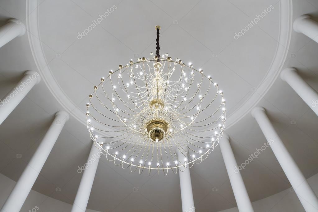 Lampadario Rosa Dei Venti : Sala rotonda con colonne e lampadario sul soffitto u foto stock