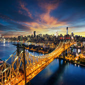 New York City - úžasný západ slunce nad manhattan s Queensboro bridge