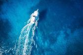 Fotografie Úžasný pohled na jachtě, plavání ženy a čisté vody Karibského ráje