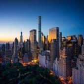 New York city - úžasné východ slunce nad central parkem a upper east side Manhattanu - Birds Eye - letecký pohled