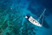 Fotografie úžasný pohled na jachtě, plavání ženy a jasné vody Karibiku