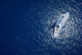 Photo Amazing view to Yacht sailing in open sea at windy day. Drone view - birds eye
