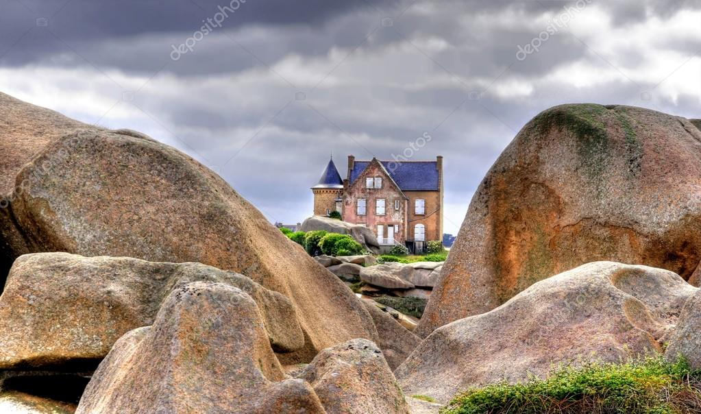 house between to big rocks
