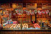 WIEN, ÖSTERREICH - 03. DEZEMBER 2019: Holzkiosk mit traditionellen hausgemachten Süßigkeiten und Plätzchen auf dem jährlichen Weihnachtsmarkt in verschiedenen Teilen Wiens, Österreich.