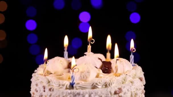 Elfújta a gyertyákat születésnapi torta közelről