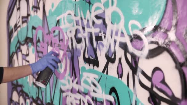 Ruční malování graffiti na zdi