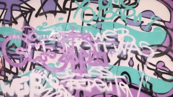 Mladá dívka kavkazské maluje graffiti na zdi
