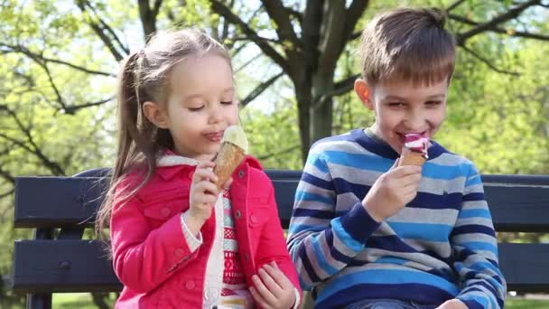 Děti olizovat zmrzlinu