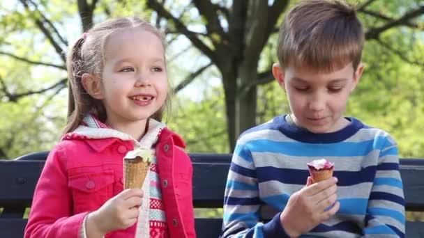 šťastné děti jíst zmrzlinu