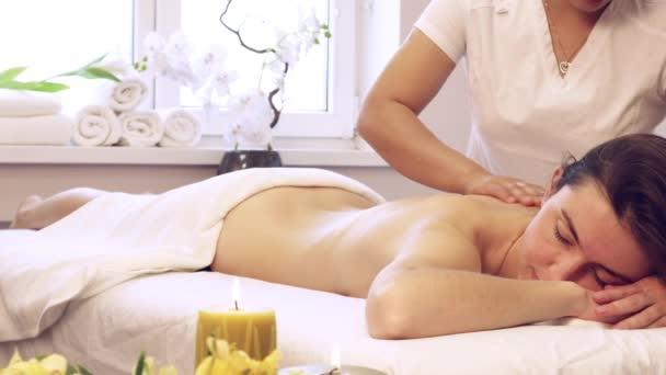 Uvolňující hezká žena ležící v posteli v lázeňském salónu. Mladá asijská žena dělá vietnamské masáže
