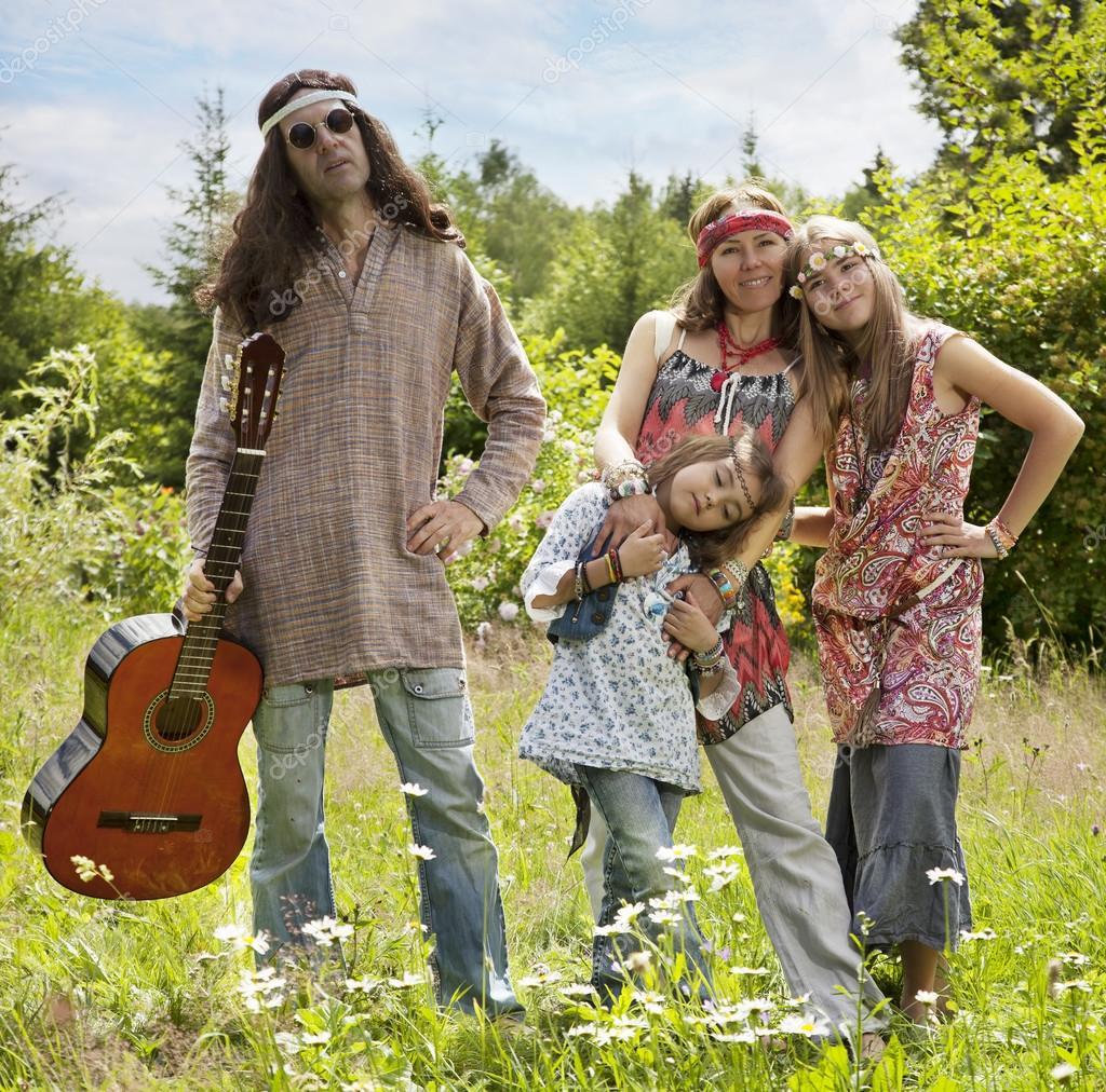 Hippie stil familj utomhus — Stockfotografi © alkir_dep ...