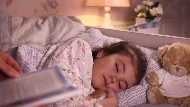 Máma uvedení její malou dceru spát