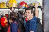 Šťastný hasič s kolegou odstranění helma