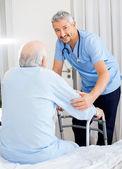 Usmíval se správce pomoc starší muž s pohybovými rám