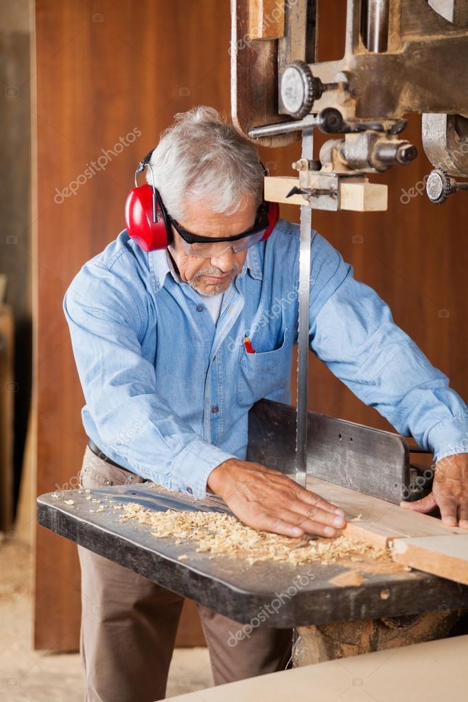 Utilizando la sierra para cortar tablones de madera del for Sierra de cortar